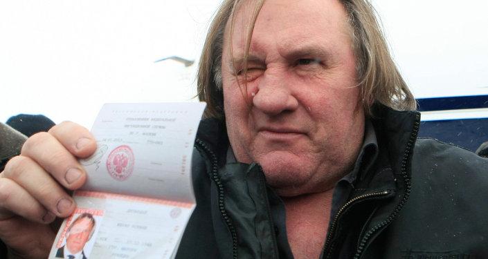 O protagonista de uma das histórias mais escandalosas, ligada à cidadania russa, é o ator francês Gérard Depardieu, que reconheceu publicamente que recebeu passaporte da Rússia para não pagar os impostos franceses.