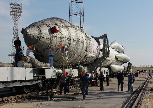 Foguete Proton-M com satélite Nimiq-6 preparado para lançamento