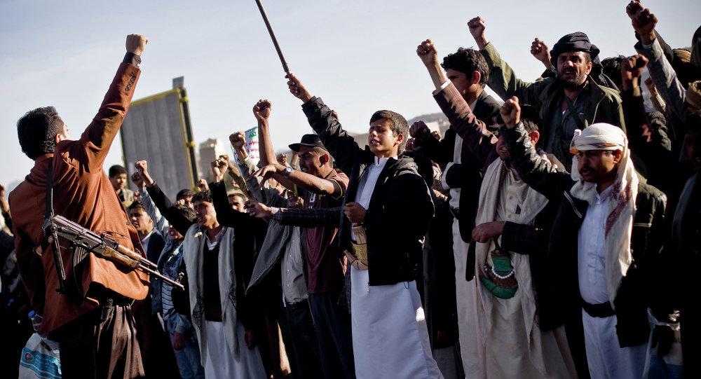 Rebeldes houthis durante manifestação em Sanaa, capital do Iêmen