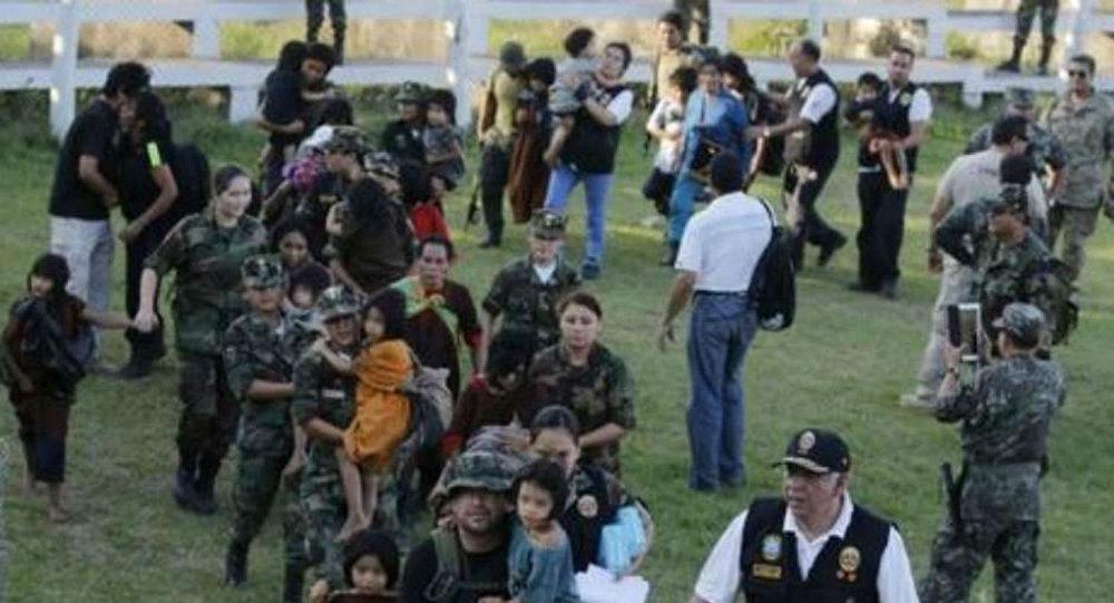 Mulheres e crianças, que foram sequestradas pelo Sendero Luminoso, são resgatadas pelas forças peruanas.