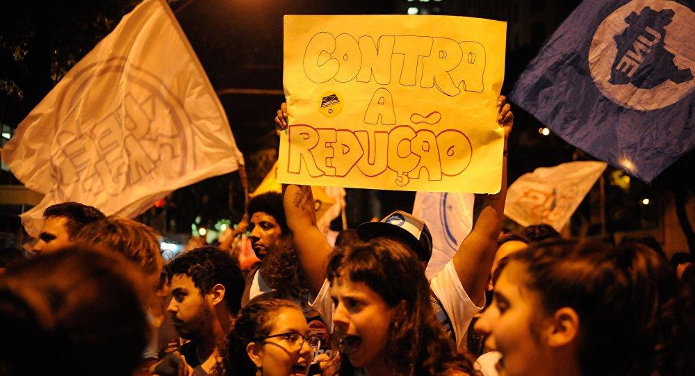 Jovens protestam no Rio de Janeiro contra a redução da maioridade penal