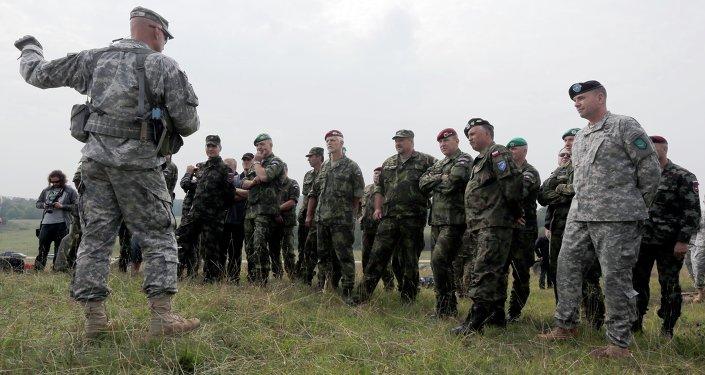 Soldados da OTAN em exercício chamado Saber Junction no sul da Alemanha