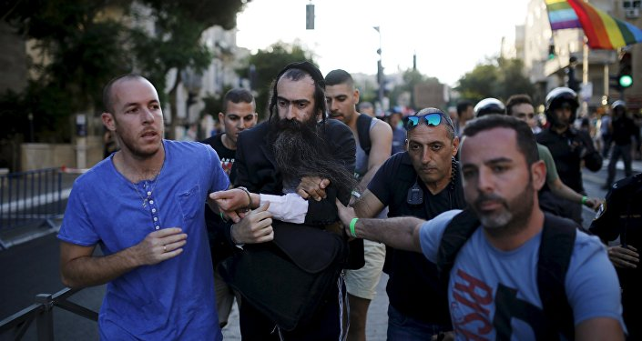 Homem que esfaqueou participantes de marcha LGBT em Jerusalem é levado preso pelas forças de segurança