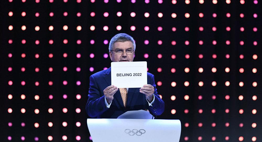 Thomas Bach, presidente do COI, anuncia a vitória de Pequim na disputa para sediar os Jogos Olímpicos de Inverno de 2022.