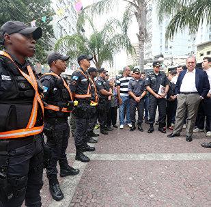Governador Luiz Fernando Pezão com agentes da Polícia Militar do Rio de Janeiro
