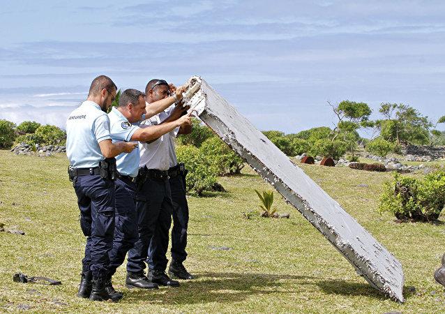 Pedaço da asa do Boeing 777 da Malaysia Airlines encontrado na ilha La Réunion.
