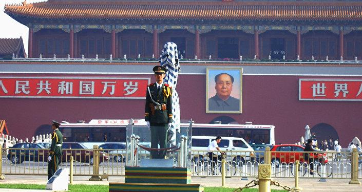Soldado na praça Tiananmen, a terceira maior praça no mundo