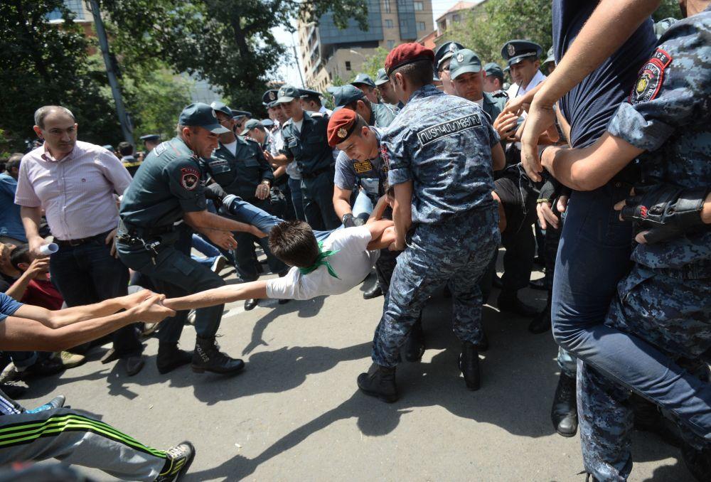 Policiais rendem participante do protesto contra aumento das tarifas sobre energia elétrica em Erevan, Armênia