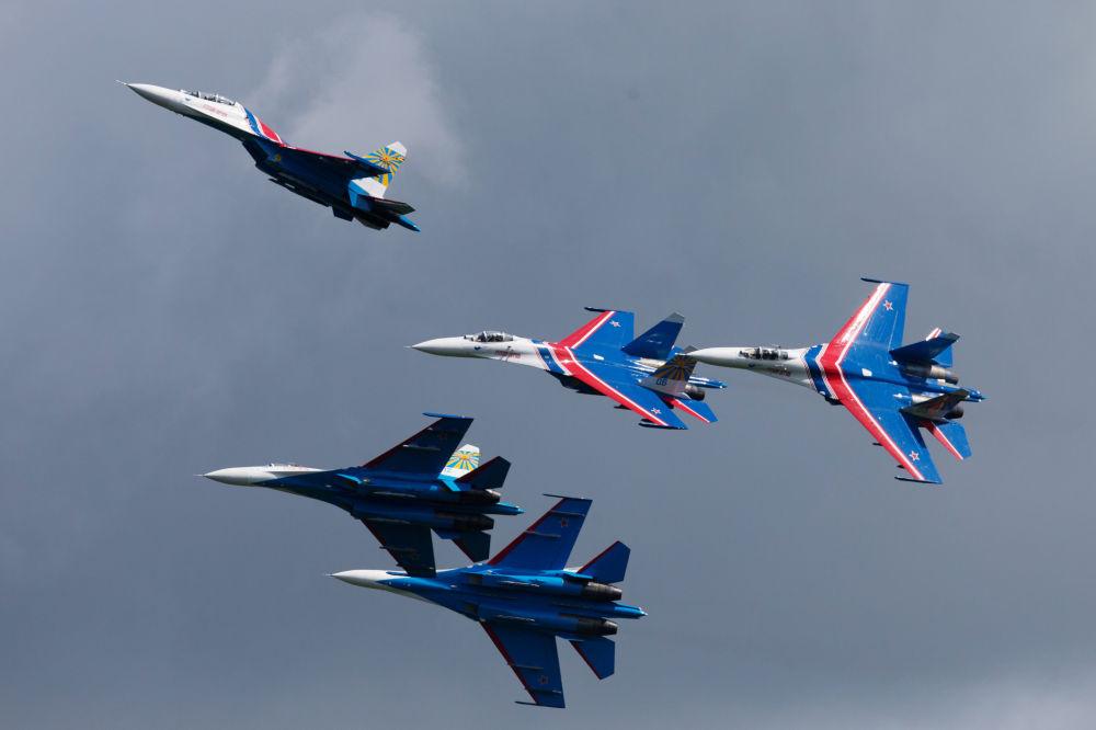 Grupo de pilotagem Russkiye Vityazi (Cavaleiros Russos) se apresenta durante VII Show Aeronáutico e Naval Internacional de São Petersburgo