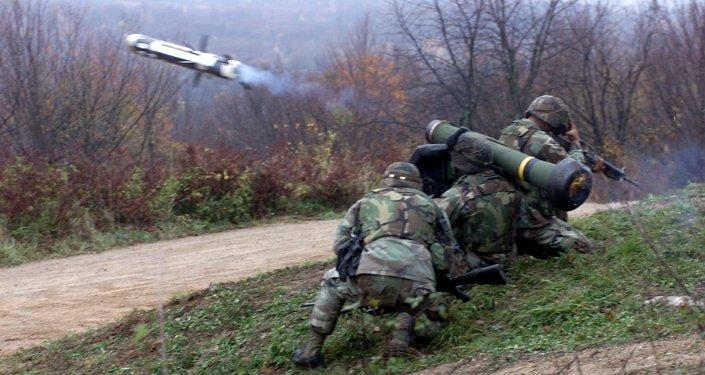 Soldados durante o lançamento do primeiro míssil Javelin durante o exercício de 2000, em Croácia