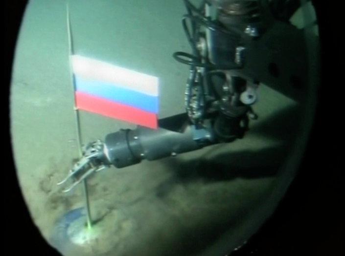 Um operador do minissubmarino russo pondo a cápsula com a bandeira russa durante o segundo mergulho no oceano Ártico debaixo dos gelos do polo Norte. 3 de agosto de 2007