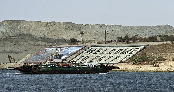 A cidade de Ismailia saúda os ferrys com um Bem-vindo ao Egito no canal de Suez. Foto de 13 de junho de 2015