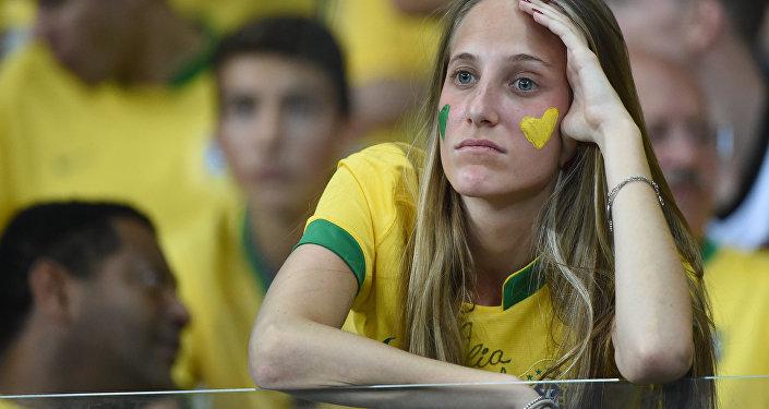 Torcedora brasileira durante o semifinal da Copa do Mundo 2014 no Mineirão