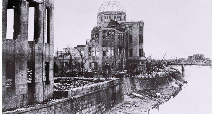 O Memorial da Paz de Hiroshima após o bombardeio de 6 de agosto de 1945 e hoje.