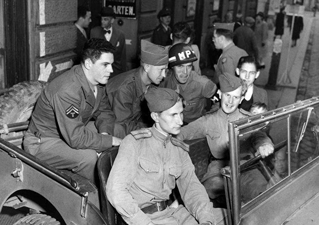 Soldados russos e norte-americanos em Viena, na Áustria, em 1945