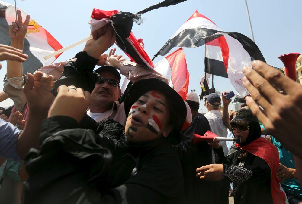 Egípcios celebram a abertura da nova via do canal de Suez na cidade de Ismailia