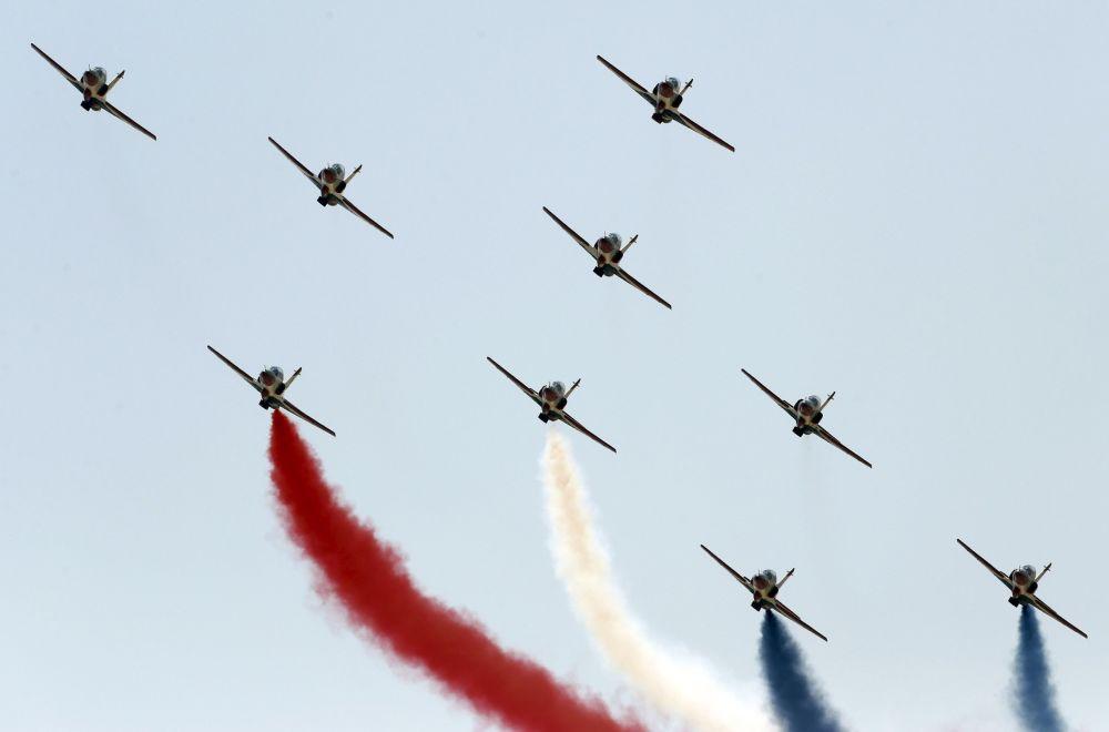 Desfile de aviação na cerimônia de abertura da nova via do canal de Suez na cidade de Ismailia