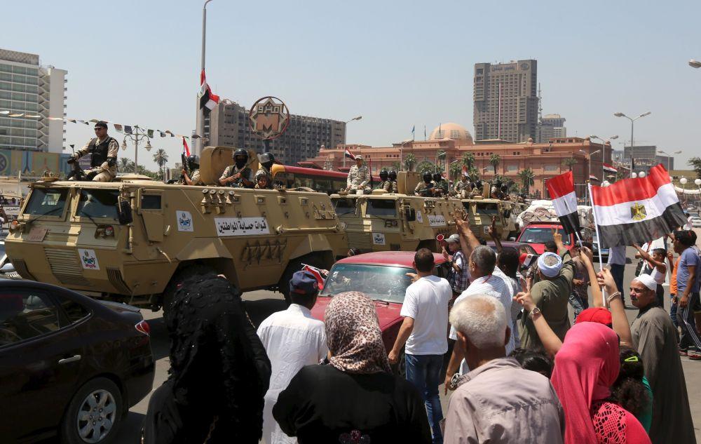 Egípcios celebram abertura da nova via do canal de Suez na praça Tahrir em Cairo