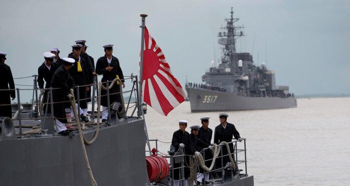 Oficiais da Marinha japonesa no deque de uma embarcação no porto de Thilawa, Mianmar, em 30 de setembro de 2013