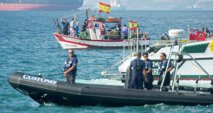 Um barco da Guarda Civil de Gibraltar vigia pescadores espanhóis próximos às águas territoriais britânicas, em 18 de agosto de 2013