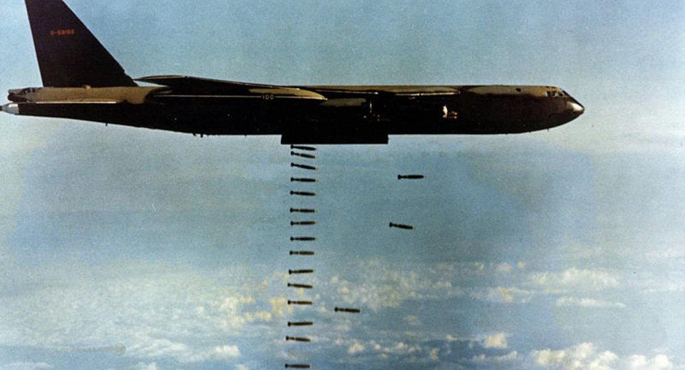 Avião dos EUA lançando bombas durante a Guerra do Vietnã