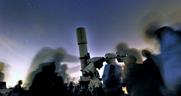 Pessoas observam estrelas. Foto do arquivo