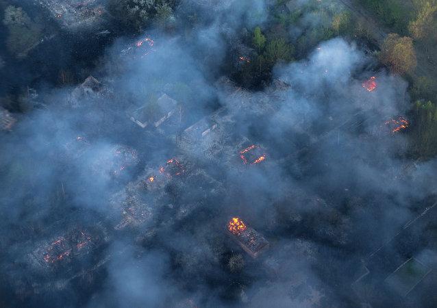 Incêndio em vilarejo abandonado na zona de exclusão em torno da usina de Chernobyl, 28 de abril de 2015 (imagem de arquivo)