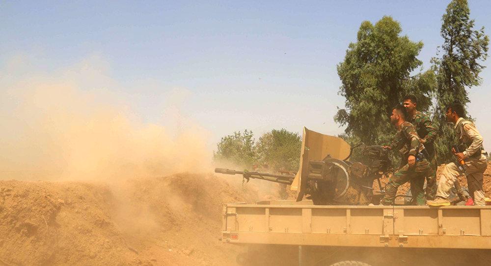 Milícias peshmerga atacam posições do Estado Islâmico com fogo de artilharia, em junho de 2015