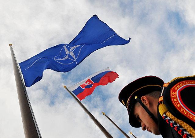 Bandeiras da Eslováquia e da OTAN