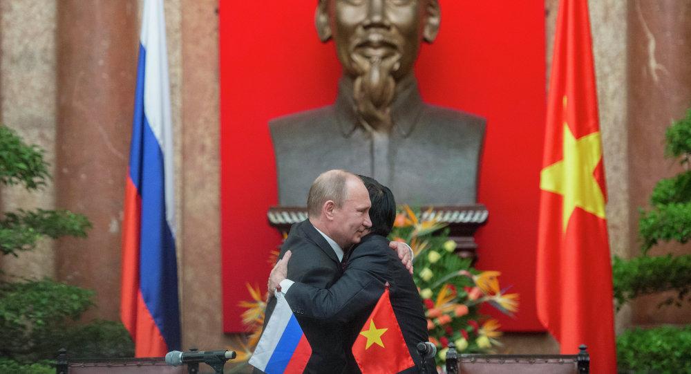 O presidente russo, Vladimir Putin, em encontro com o então presidente vietnamita, Truong Tan Sang, durante visita a Hanói em novembro de 2013