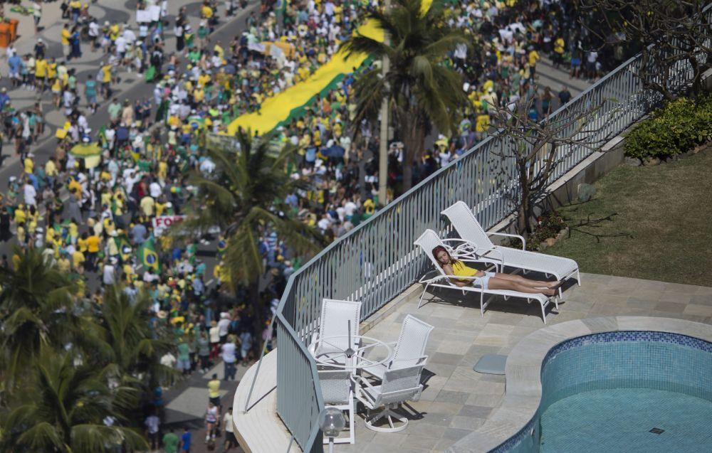 Uma mulher dormindo durante os protestos políticos contra a presidente Dilma Rousseff. Rio de Janeiro. 16 de agosto de 2015.