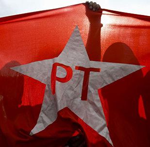 Bandeira do PT em manifestação de apoio ao partido, em 16 de agosto de 2015