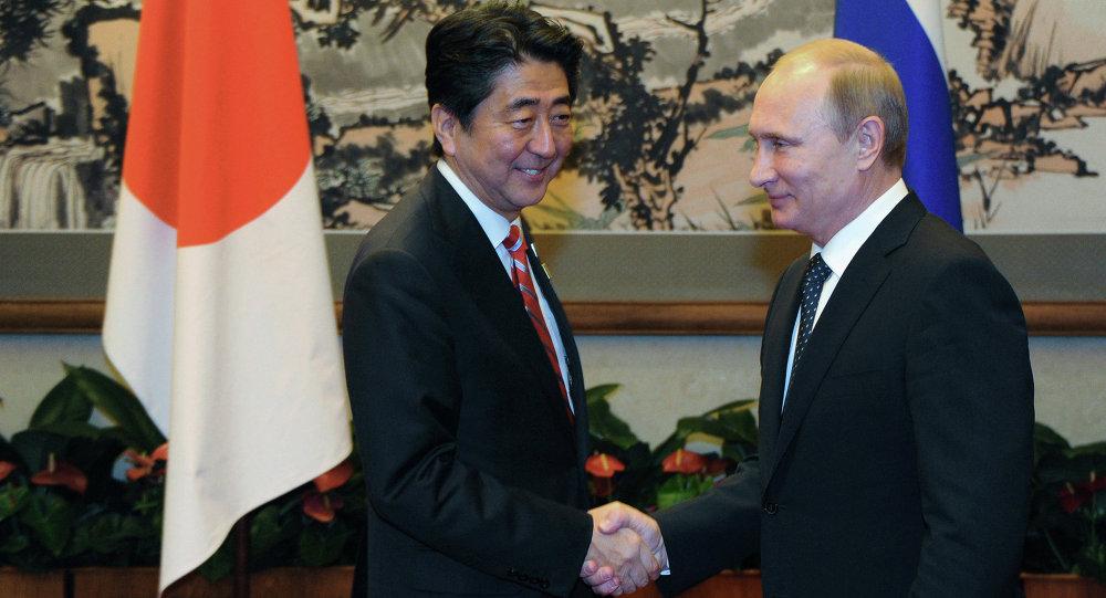 Shinzo Abe e Vladimir Putin, em reunião à margem da cúpula da APEC em 2014.
