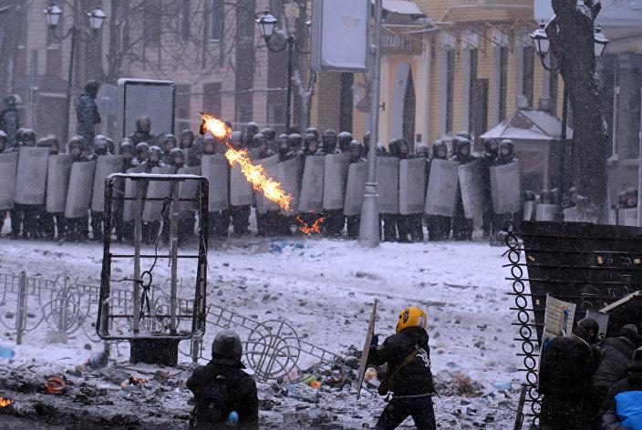 Um manifestante joga coquetel Molotov contra a Berkut
