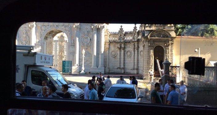 Local do tiroteio, na entrada do palácio Dolmabahce