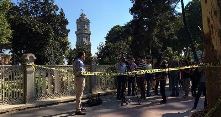 Um jornalista fazendo cobertura dos acontecimentos perto do local do tiroteio, em, Istambul