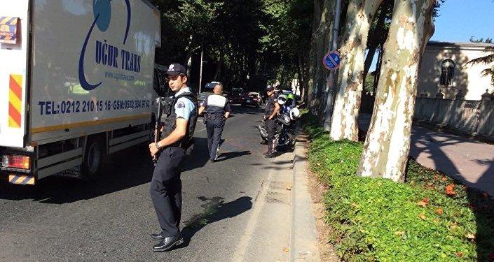 Um policial turco perto do local do tiroteio, em Istambul