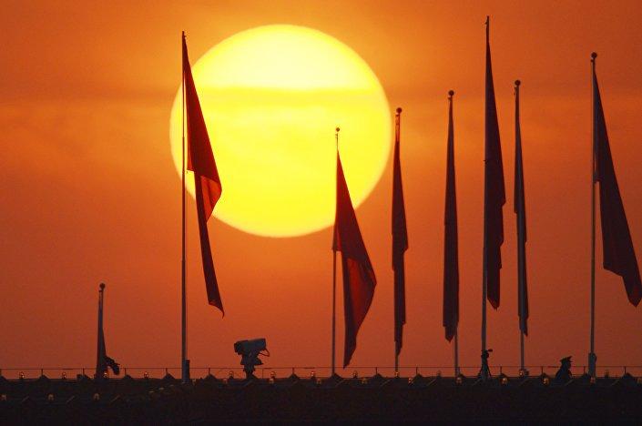 Bandeiras na praça da Paz Celestial (Tiananmen). Foto de arquivo.