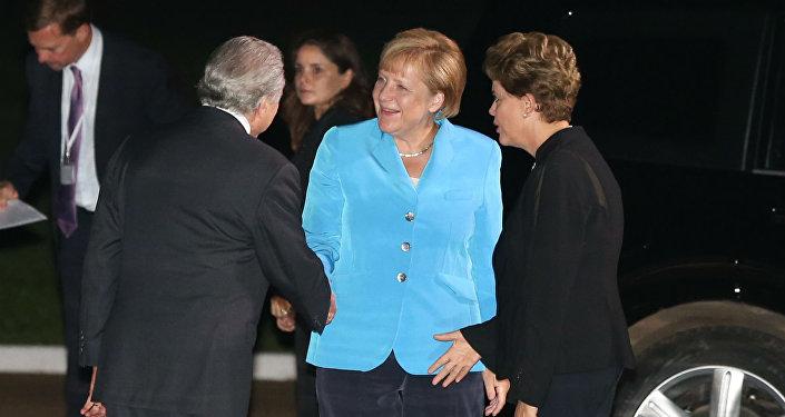 A presidente do Brasil, Dilma Rousseff, e o vice, Michel Temer, recepcionaram a chanceler da Alemanha, Angela Merkel, no Palácio do Alvorada.