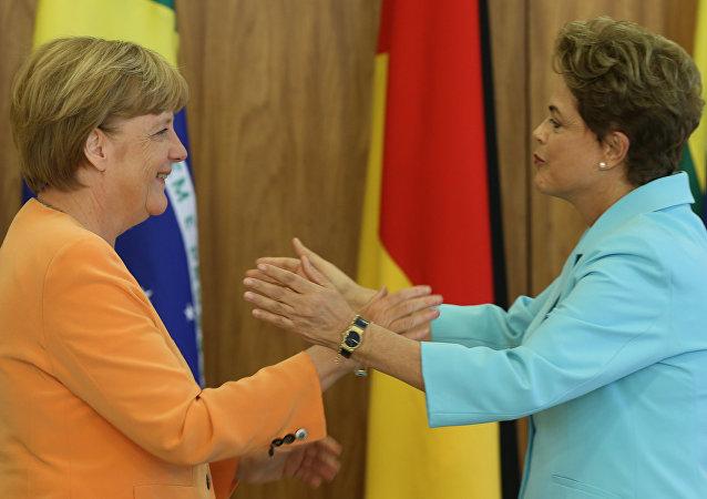 A chanceler alemã, Angela Merkel, e a presidenta do Brasil, Dilma Rousseff, durante encontro em Brasília