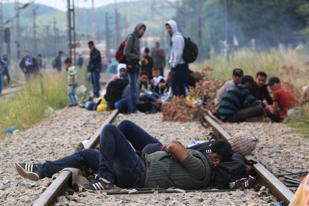 Homem dorme na ferrovia perto da fronteira entre Grécia e Macedônia
