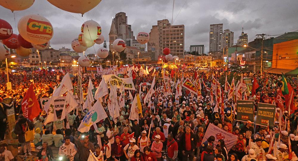 Manifestação contra o impeachment de Dilma, no Largo da Batata, em São Paulo