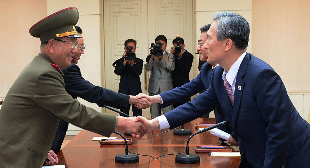 Autoridades das duas Coreias celebram o acordo que suspendeu as transmissões por alto-falantes na fronteira dos dois países.