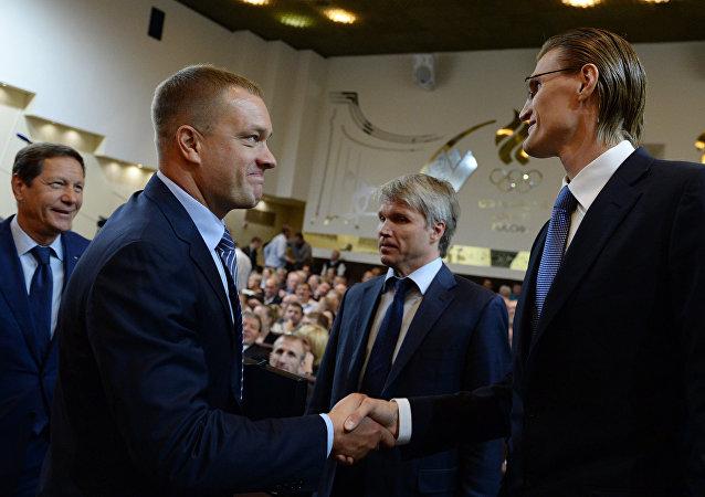 O ex-jogador Andrei Kirilenko (à dir.) foi cumprimentado pelo presidente do Comitê Olímpico Russo, Alexander Zhukov, depois de vencer as eleições na Federação Russa de Basquete.