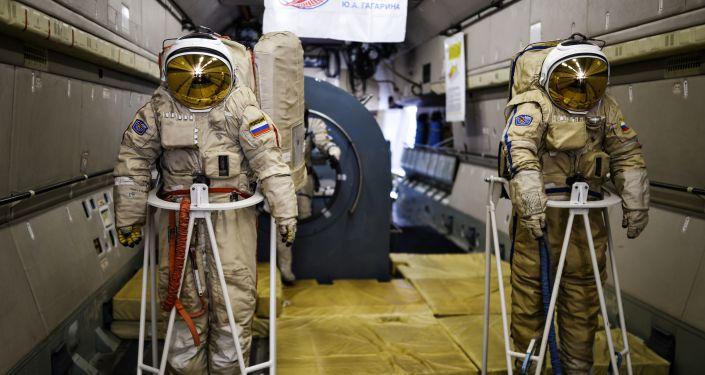 Aparelhos de treino para astronautas a bordo do avião Il-76 no Salão Internacional de Aviação e Espaço MAKS 2015 na Rússia em Zhukovsky