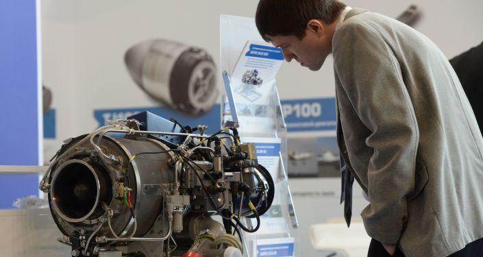 Um visitante examina um estande no Salão Internacional de Aviação e Espaço MAKS 2015 na Rússia em Zhukovsky