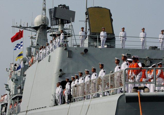 A tripulação do destróier Shenyang que chegou em Vladivostok juntamente com seis outros navios de guerra chineses para a segunda fase da Cooperação Naval 2015.
