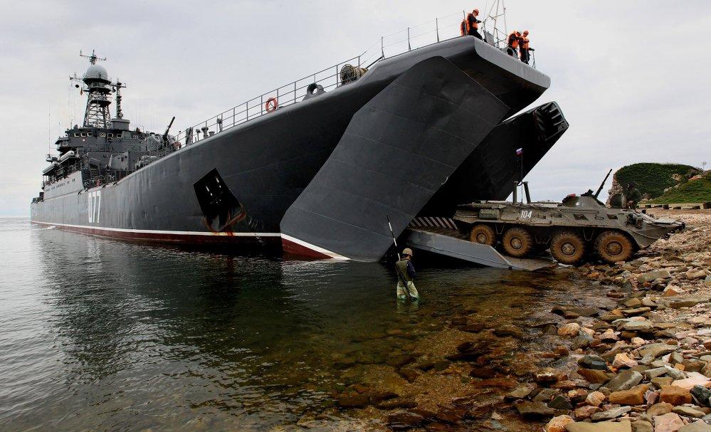 Material bélico é embarcado no grande navio Peresvet russo durante os exercícios Cooperação Naval 2015.