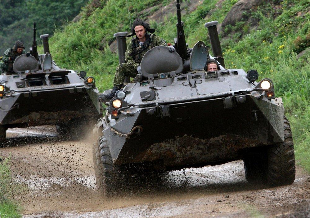 Veículos blindados russos BTR-80.