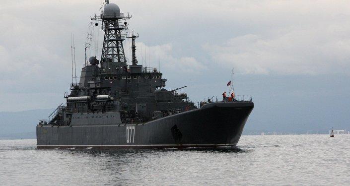Peresvet é o grande navio de desembarque russo da Frota do Pacífico se aproxima da costa para levar a bordo equipamento militar durante os exercícios navais russo-chineses Cooperação Naval 2015 em Vladivostok.